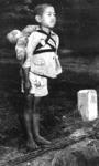 焼き場に立つ少年.jpg